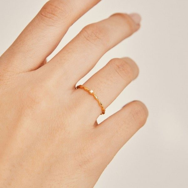 Bubbly gold ring hand