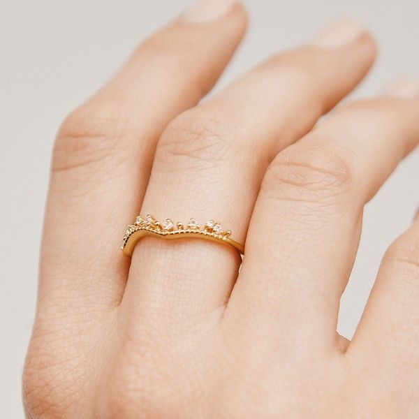 Brighty gold ring hand 2