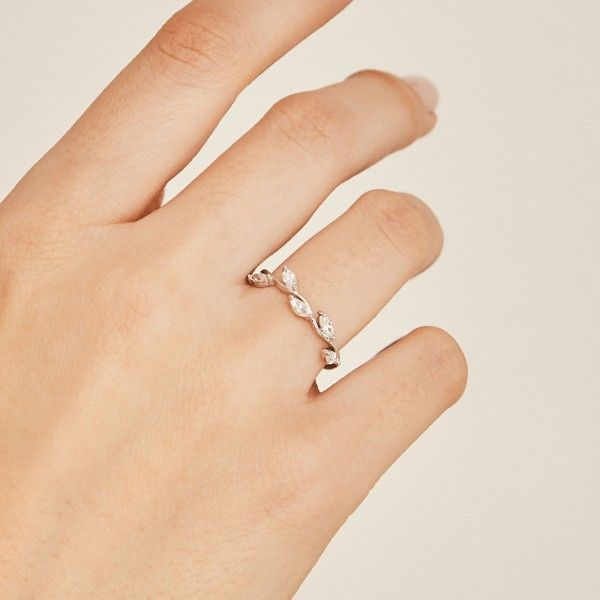 Belle silver ring hand