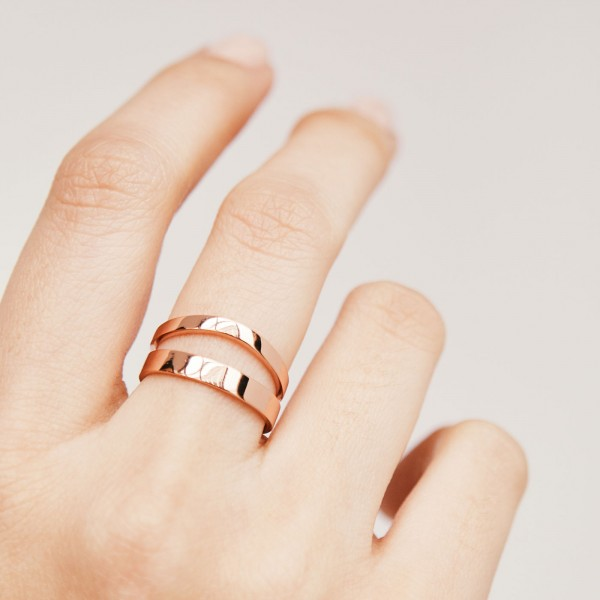 Wave rose gold ring hand