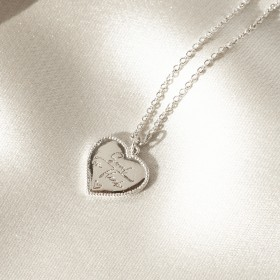 Vintage heart pendant necklace detail 1